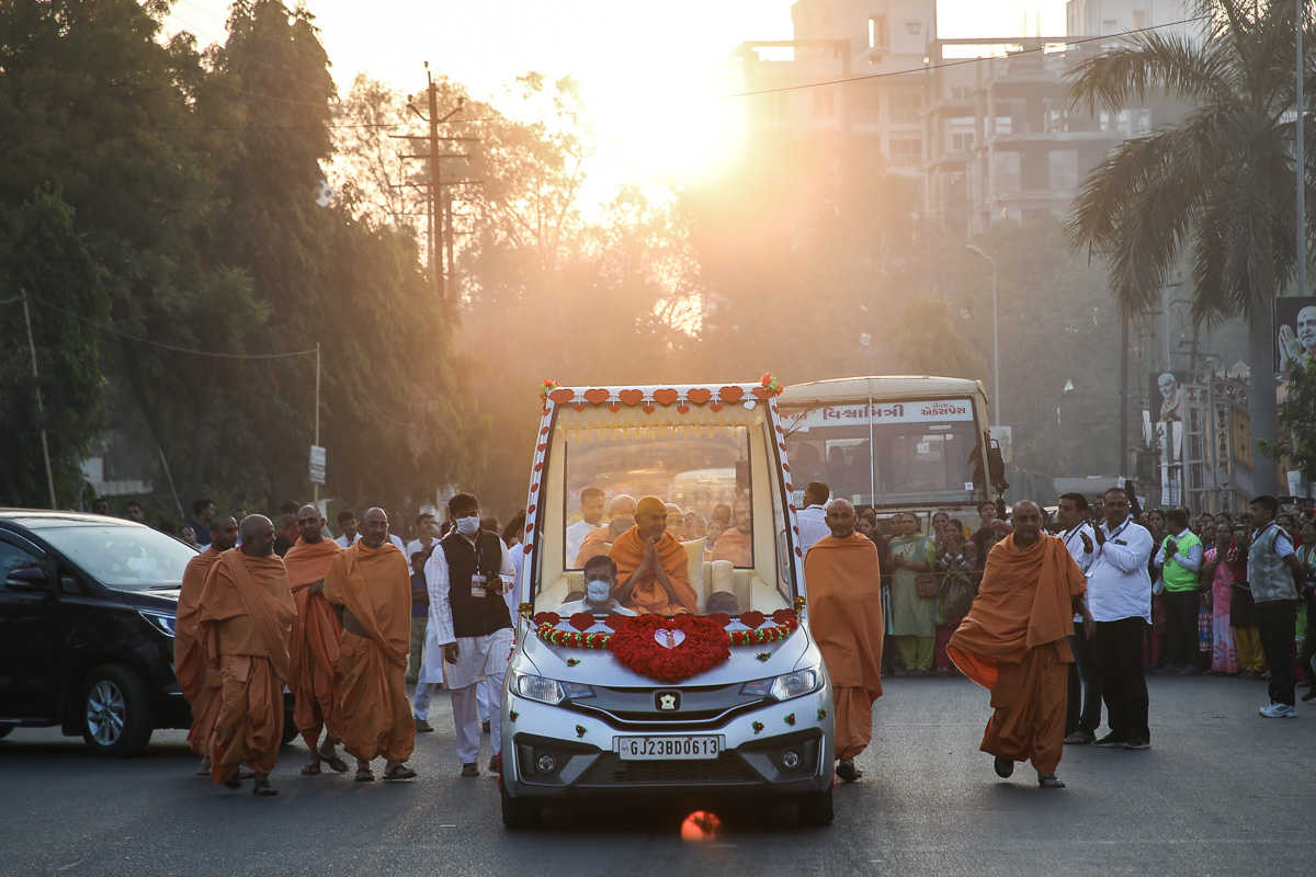 Swamishri on his way to the mandir