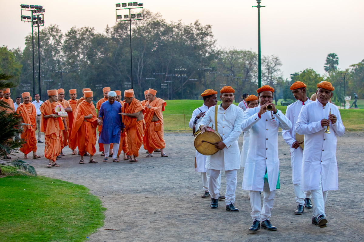 Swamishri traditionally welcomed at the palace