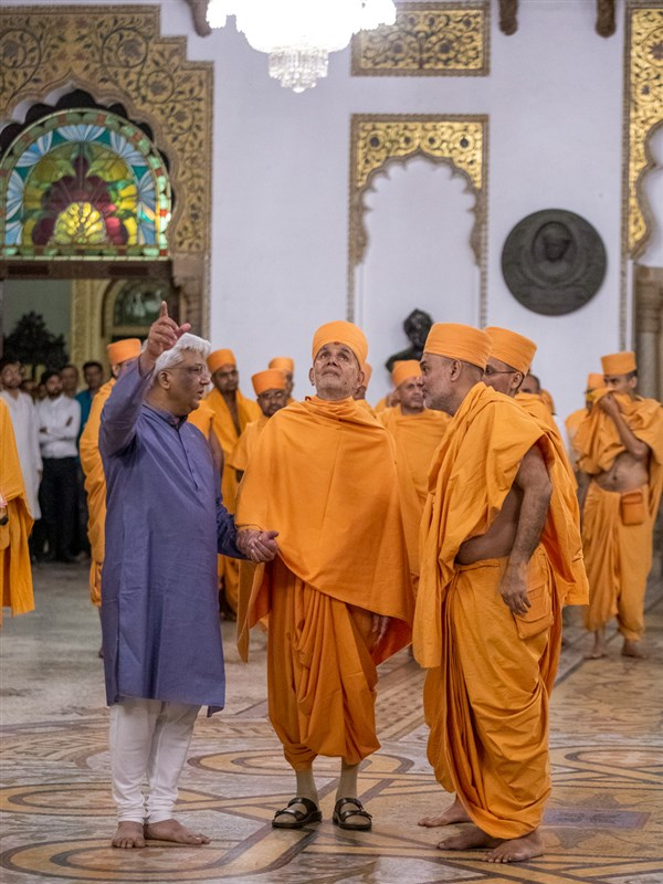 Swamishri observes the palace interior
