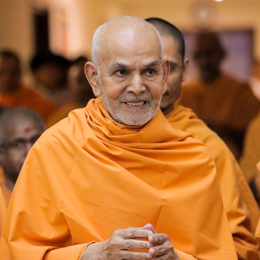 Param Pujya Mahant Swami Maharaj greets all with folded hands