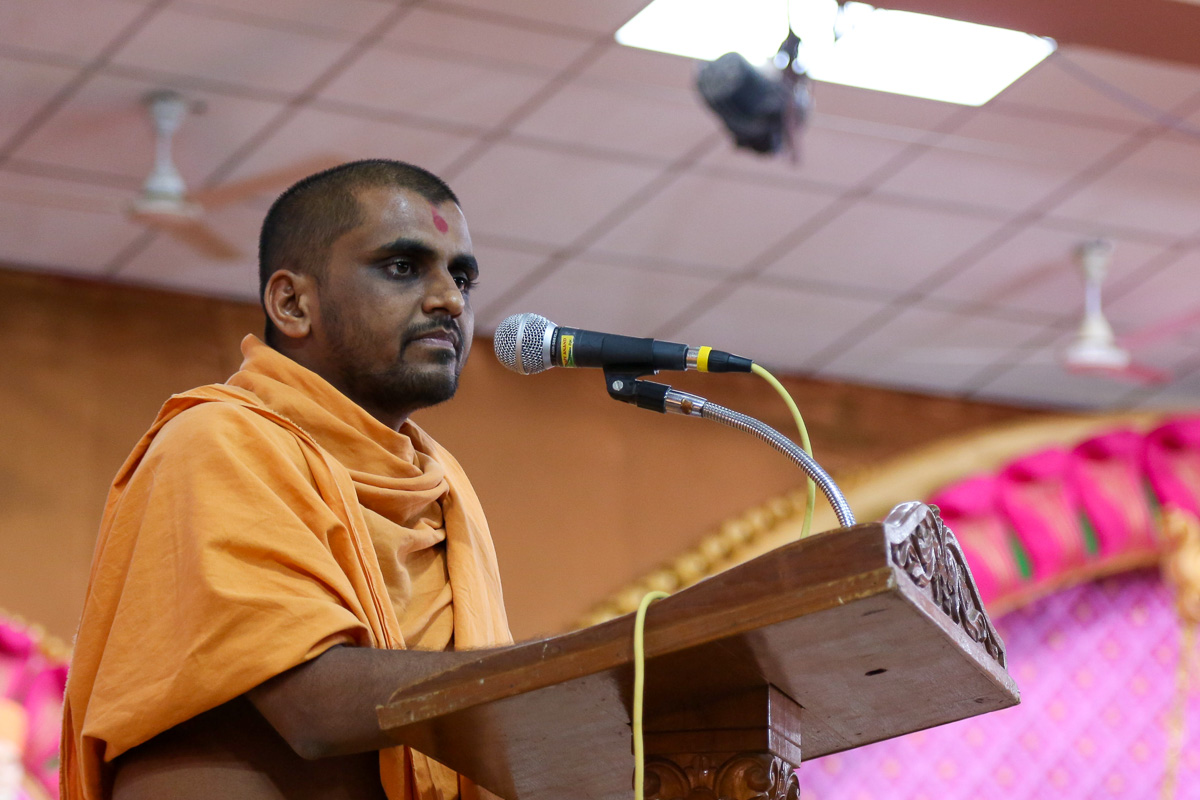 Adbhutanand Swami addresses the evening satsang assembly