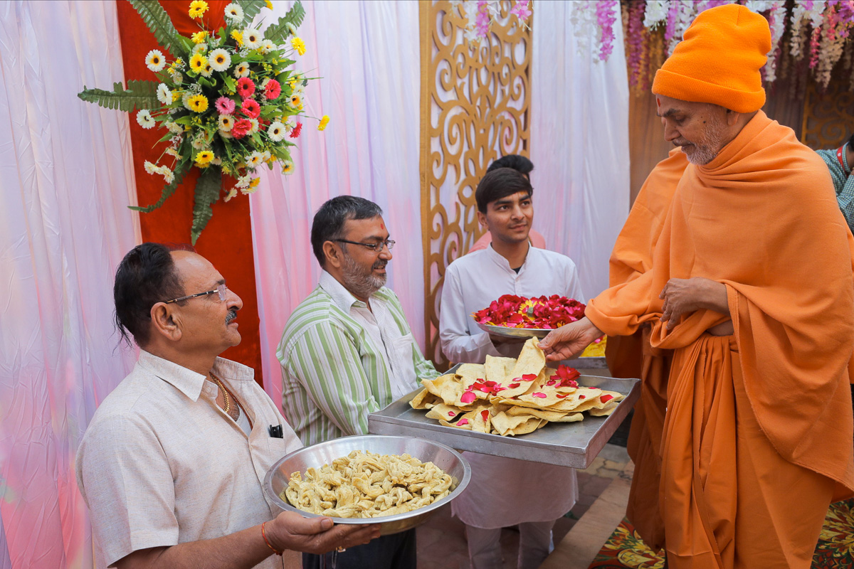 Swamishri sanctifies prasad for devotees