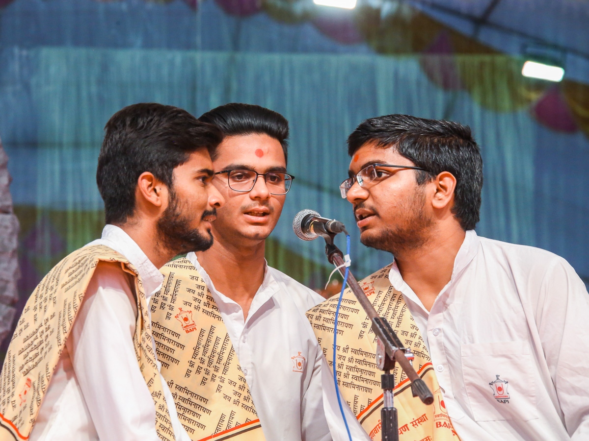 Students sing kirtans in the evening BAPS Swaminarayan Chhatralaya Din assembly