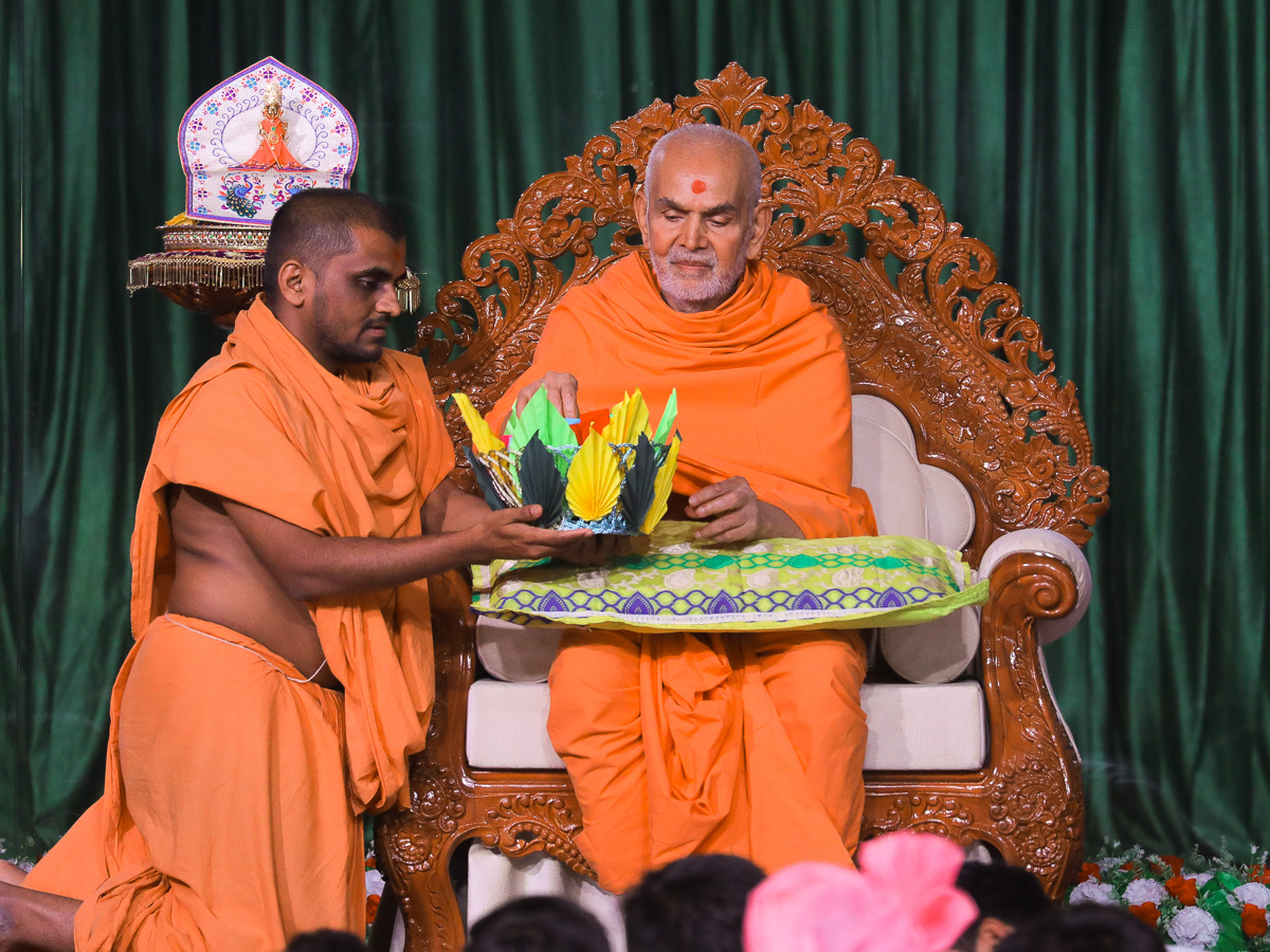 Swamishri sanctifies prayers written by students