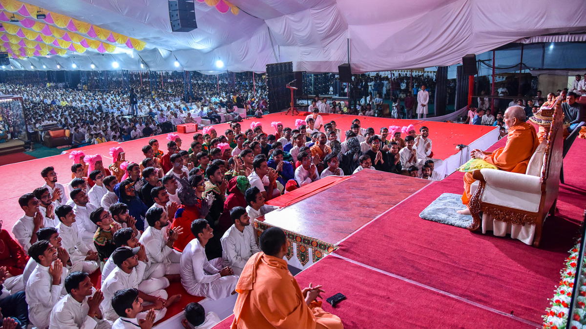 Swamishri blesses the assembly