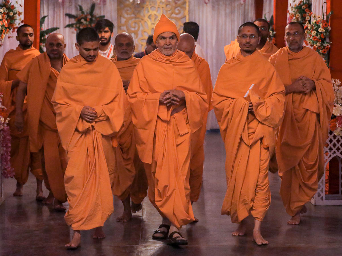 Param Pujya Mahant Swami Maharaj on his way to the assembly hall for his daily puja