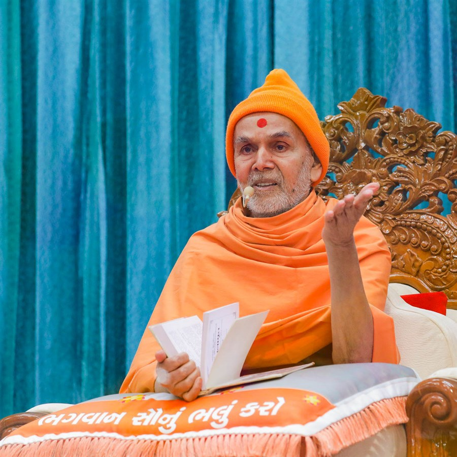 Swamishri discourses on the Vachanamrut in the assembly