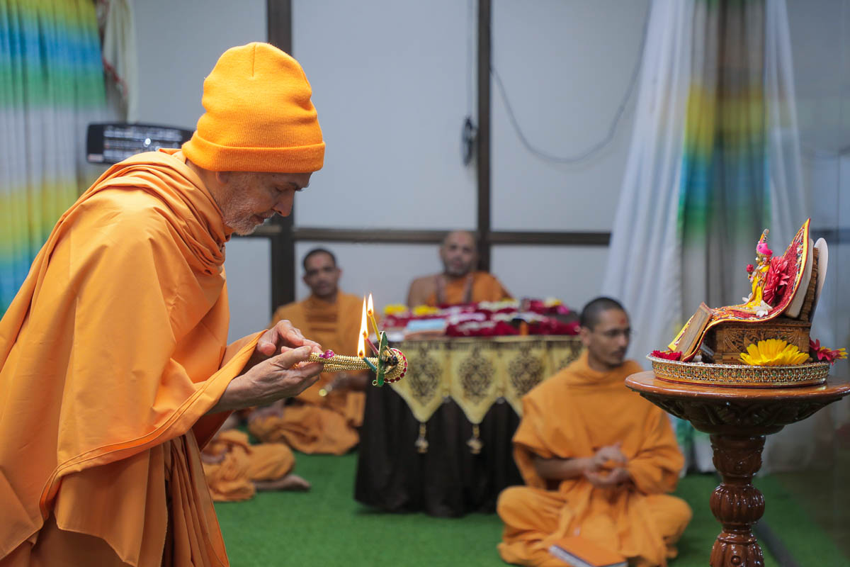 Param Pujya Mahant Swami Maharaj performs the morning arti, Akshar Vadi, Anand