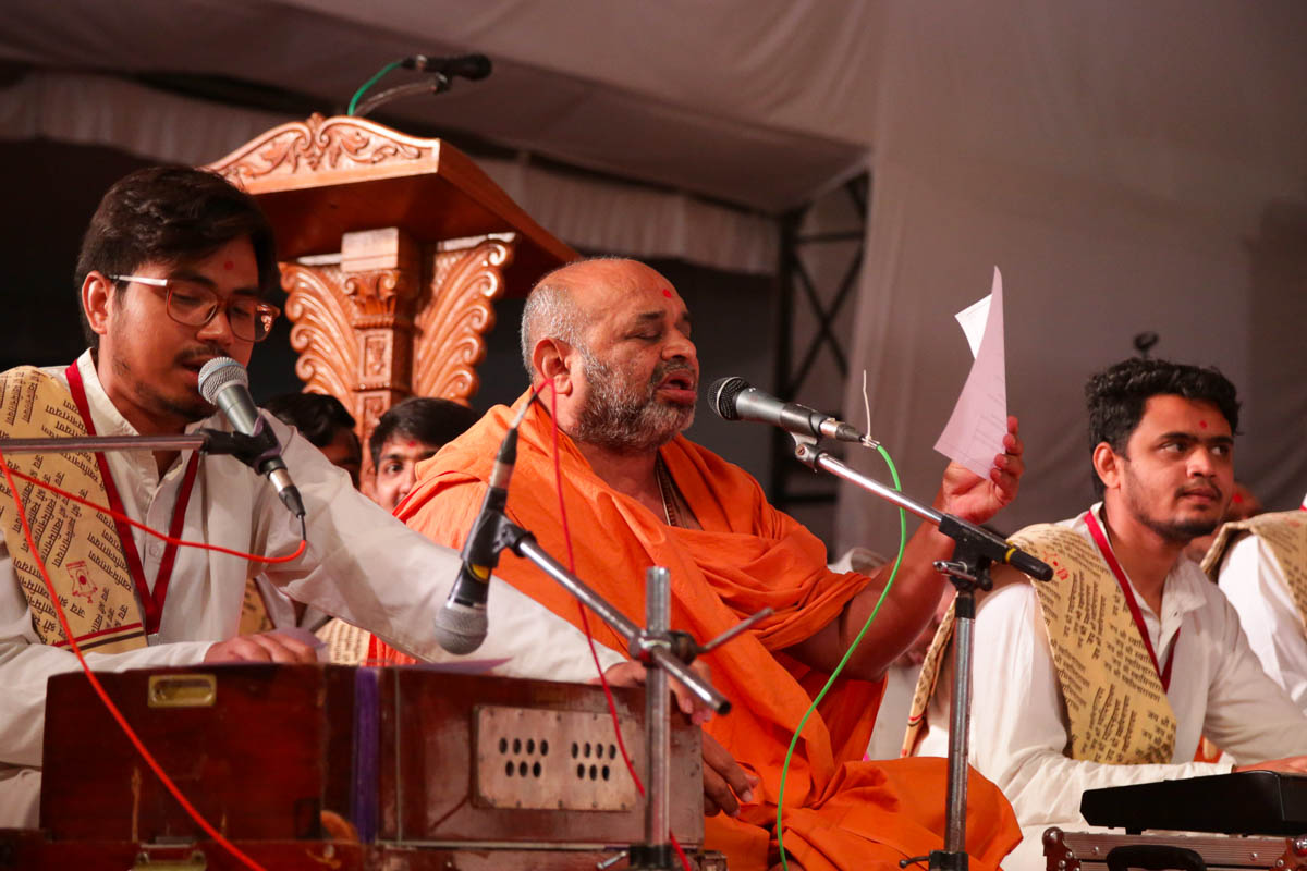 Bhagvatcharan Swami sings a kirtan in Swamishri's daily puja