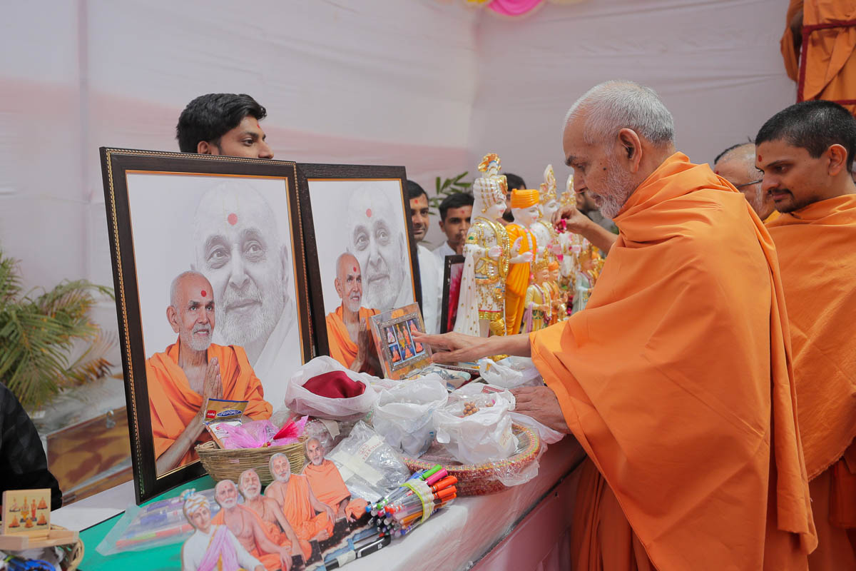 Swamishri sanctifies murtis for devotees