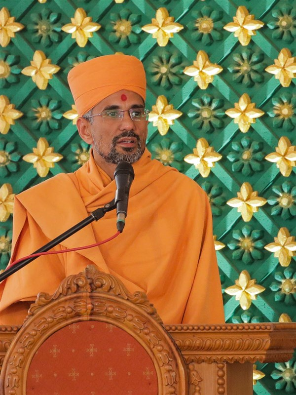 Atmatrupt Swami addresses the assembly