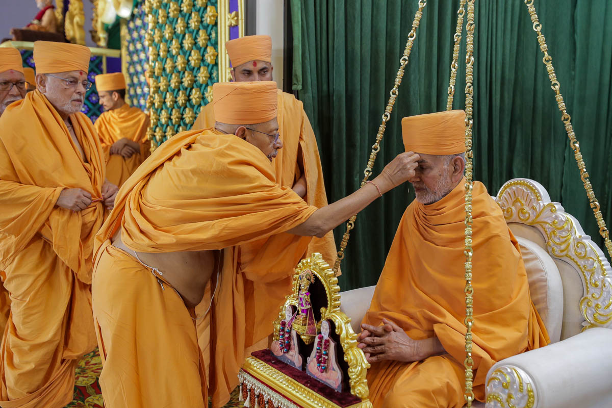 Pujya Tyagvallabh Swami performs pujan of Swamishri