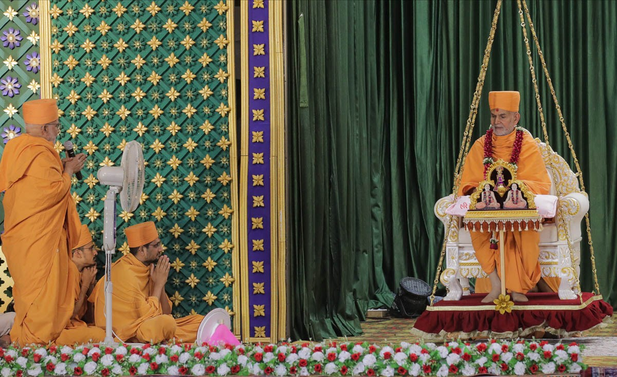Pujya Ghanshyamcharan Swami prays before Swamishri