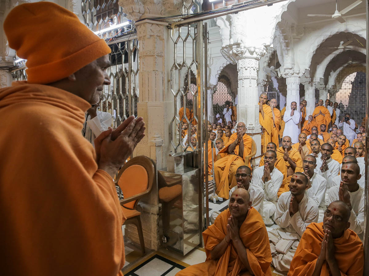 Sadhus and sadhaks doing darshan of Swamishri