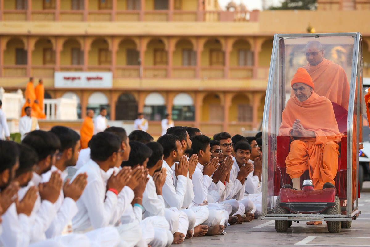 Youths of the Yuva Talim Kendra, Sarangpur, doing darshan of Swamishri