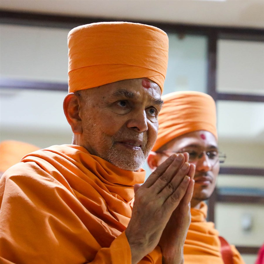 Swamishri greets hospital staff with folded hands