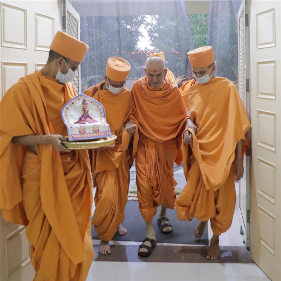 Swamishri arrives at Shantivan