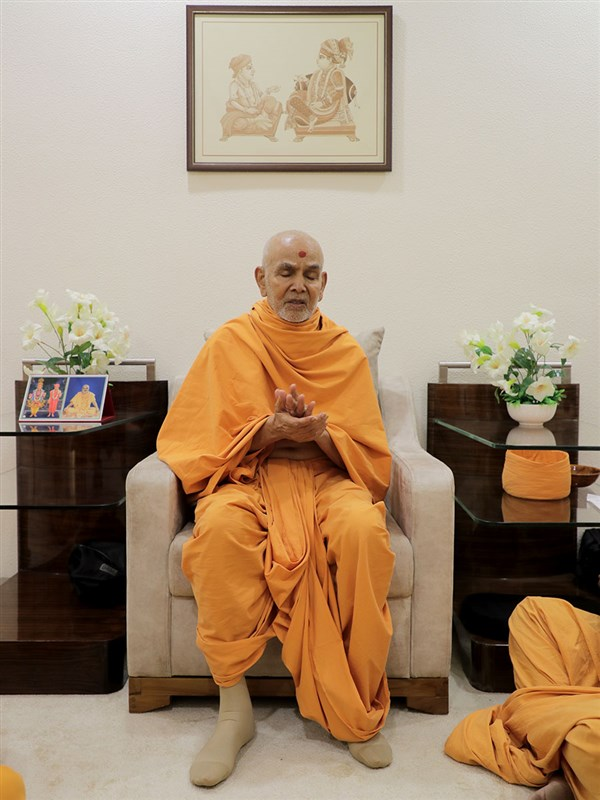 Swamishri prays for an early resolution to the coronavirus pandemic
