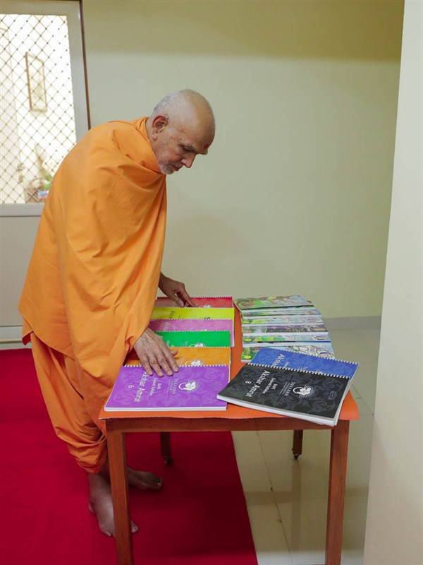 Swamishri sanctifies Gujarati learning books for overseas children's centers