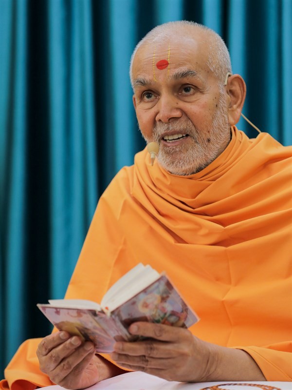 Swamishri delivers a discourse