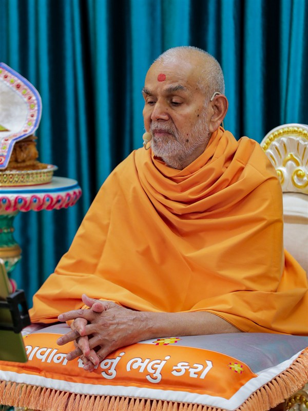 Swamishri delivers a discourse in the evening
