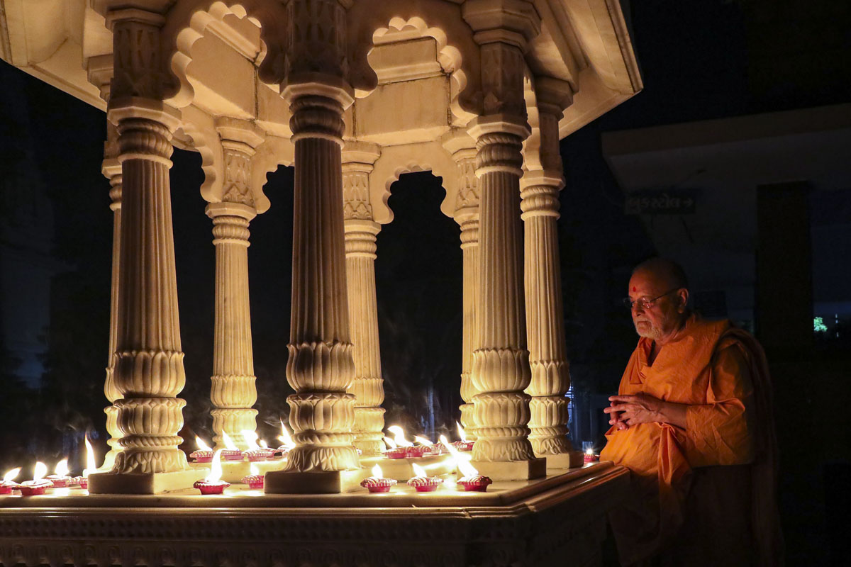 Pujya Ishwarcharan Swami lights a lamp to mark the fight against Covid-19