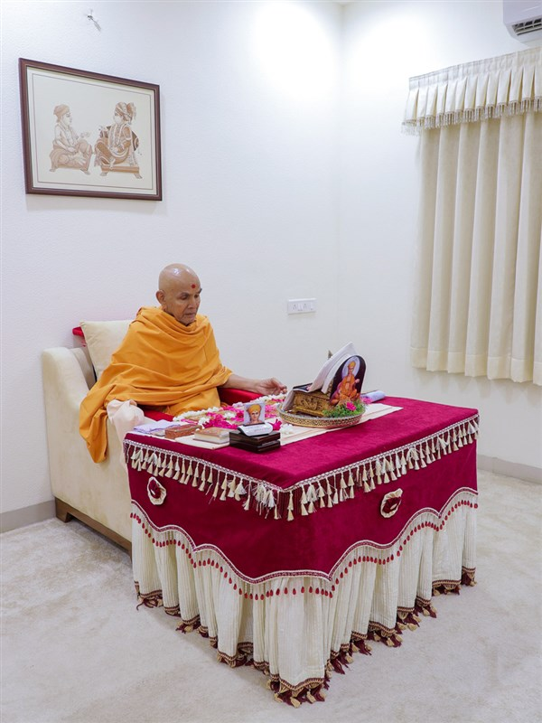 Param Pujya Mahant Swami Maharaj performs his daily puja