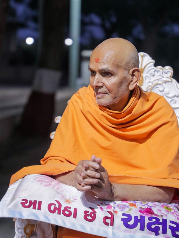 Swamishri in the Shanitvan grounds in the evening