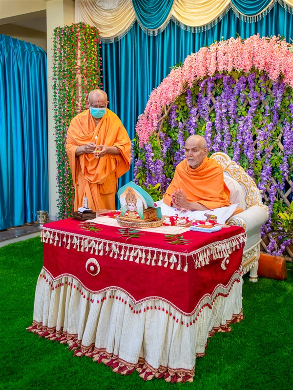 Param Pujya Mahant Swami Maharaj during the morning arti
