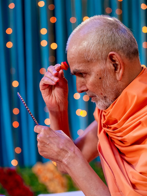 Swamishri applies chandlo on his forehead
