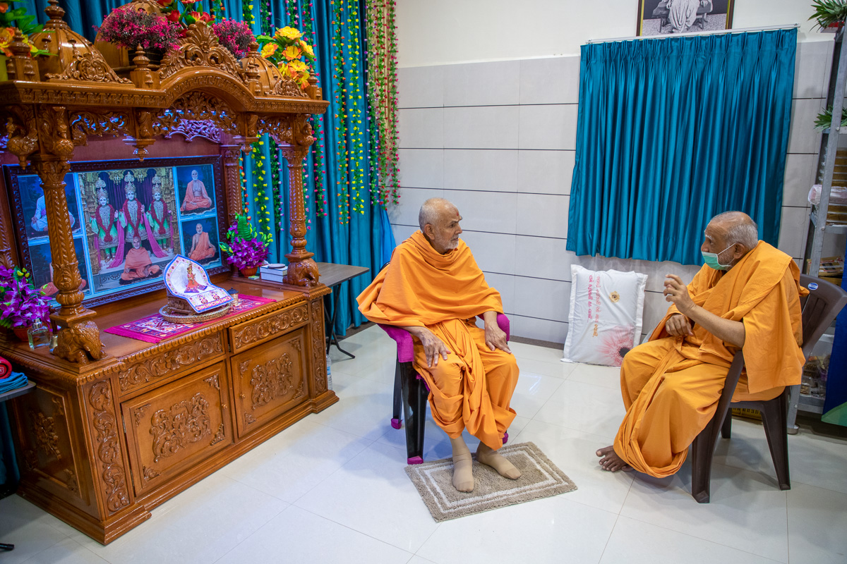 Swamishri in conversation with Atmaswarup Swami