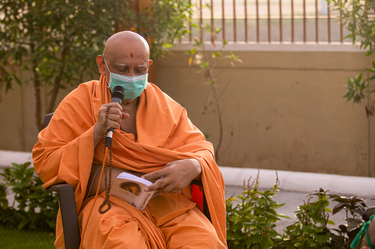 Atmaswarup Swami sings kirtans in Swamishri's morning puja