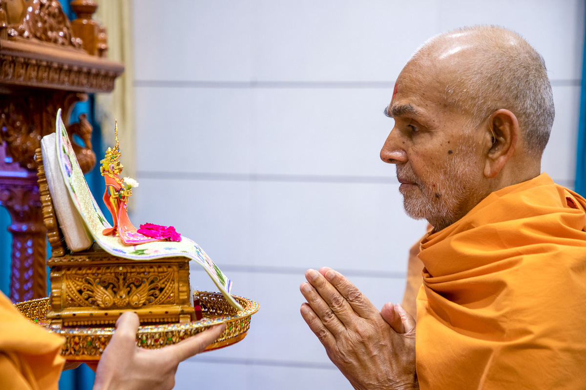 Swamishri engrossed in darshan of Shri Harikrishna Maharaj in the evening