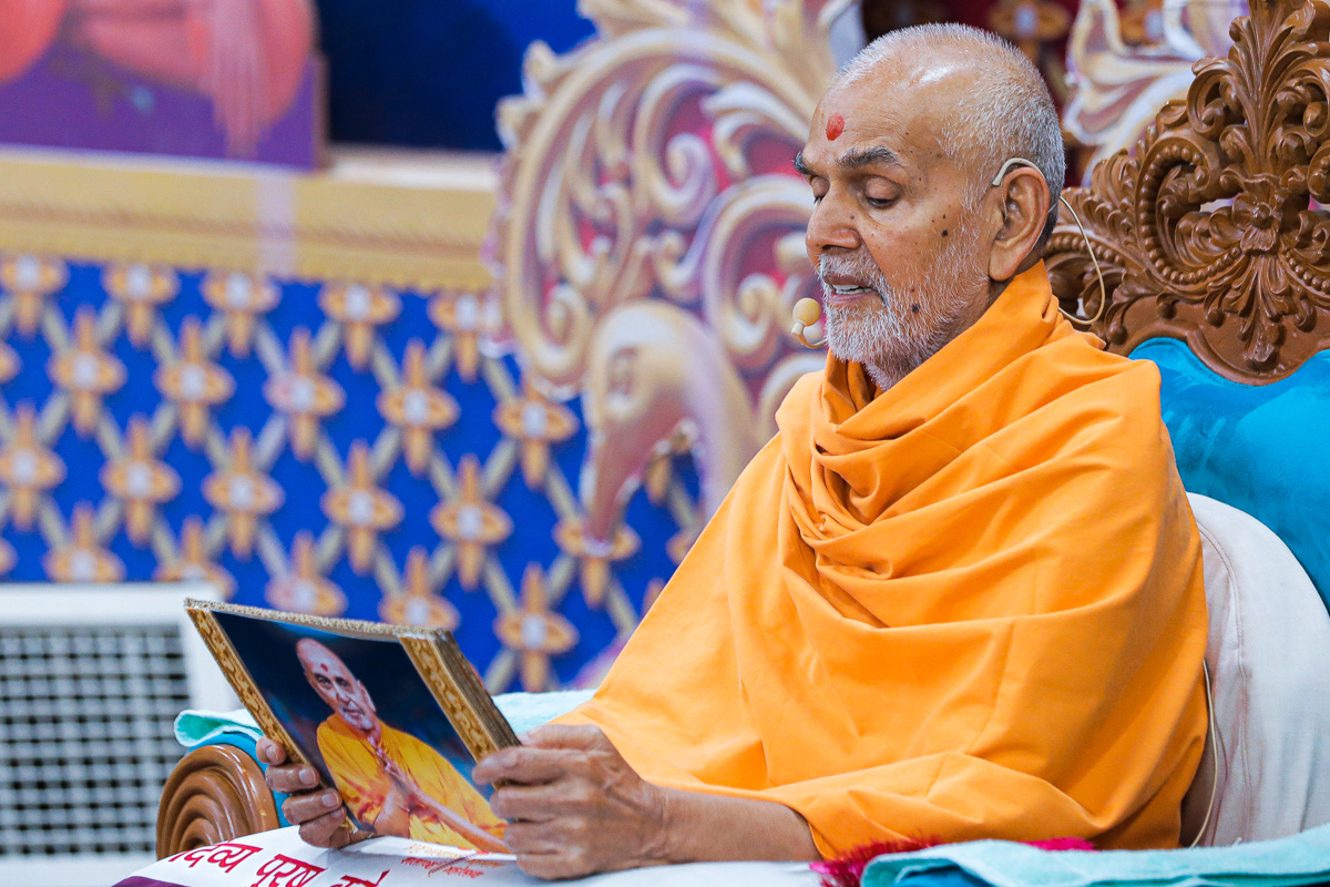 To commemorate the 70th Pramukh Varni Din, Swamishri reads the pratigna taken by Pramukh Swami Maharaj on the day he was appointed as president of the BAPS by guru Shastriji Maharaj at Amlivali Pol, Ahmedabad, in 1950