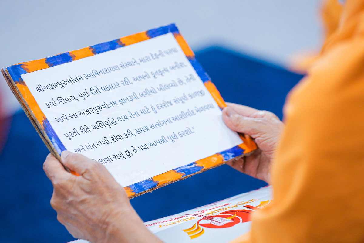 To commemorate the 70th Pramukh Varni Din, Swamishri reads the pratigna taken by Pramukh Swami Maharaj