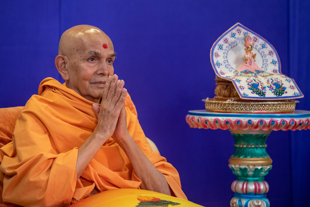 Swamishri greets sadhus with folded hands during the morning session of the Sant Shibir via video conference