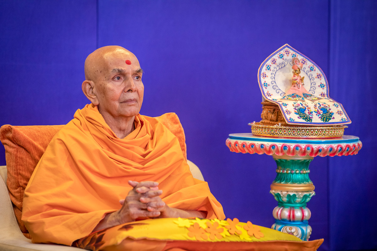 Swamishri during the evening session of the Sant Shibir