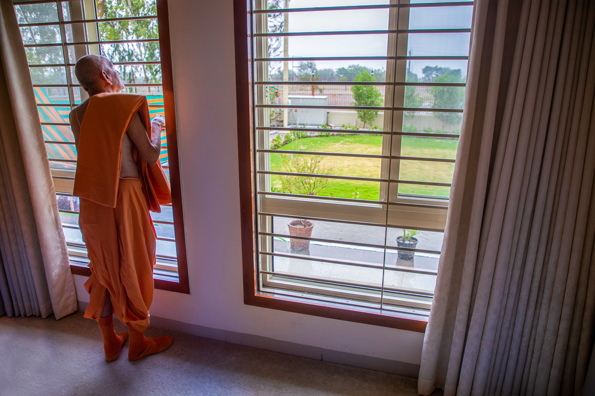Swamishri watches the rain