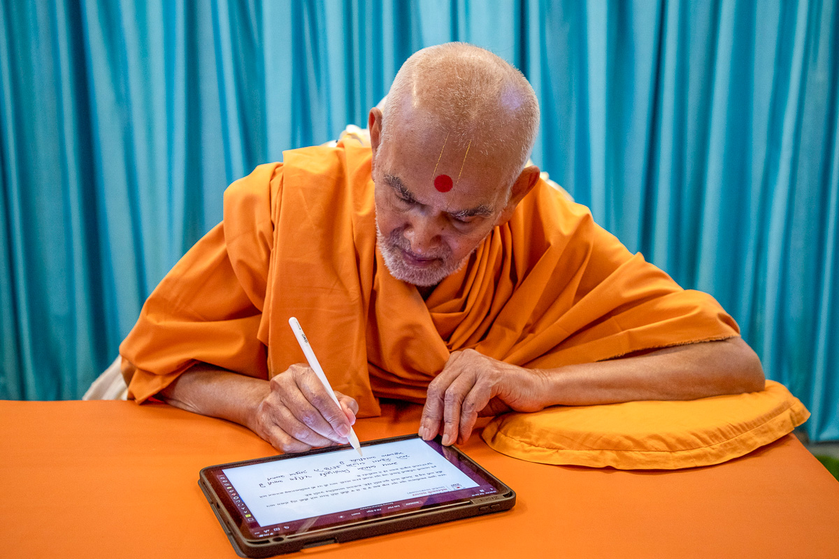 Swamishri writes blessings for candidates who took the March 2020 Satsang Examinations
