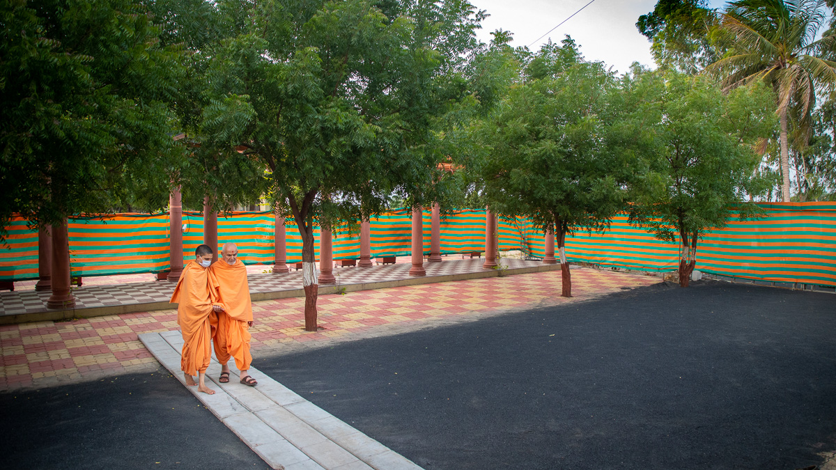 Swamishri walking in the Shantivan grounds