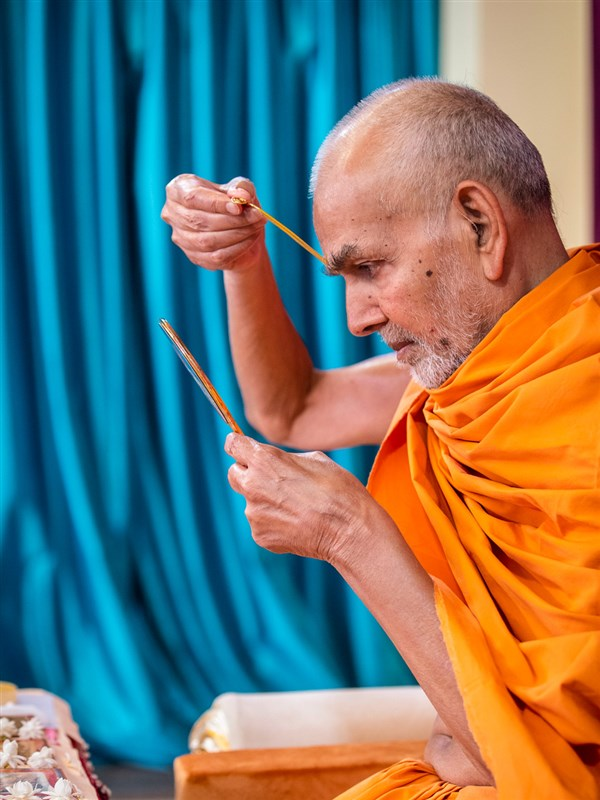 Param Pujya Mahant Swami Maharaj applies a tilak on his forehead
