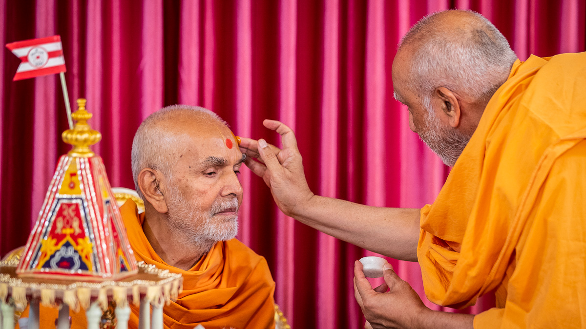 Atmaswarup Swami applies chandan archa to Swamishri