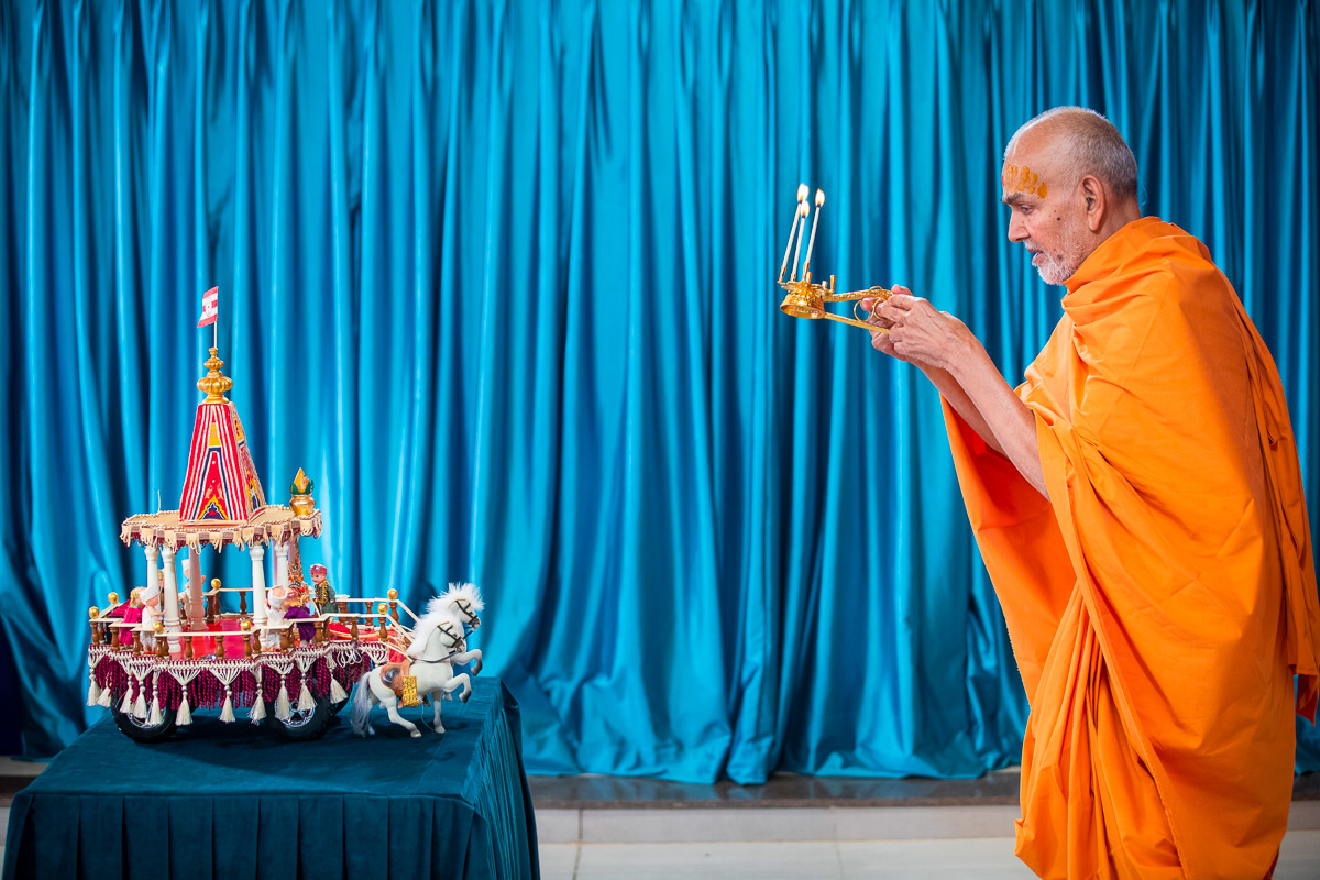 Swamishri performs the Rathyatra celebration arti