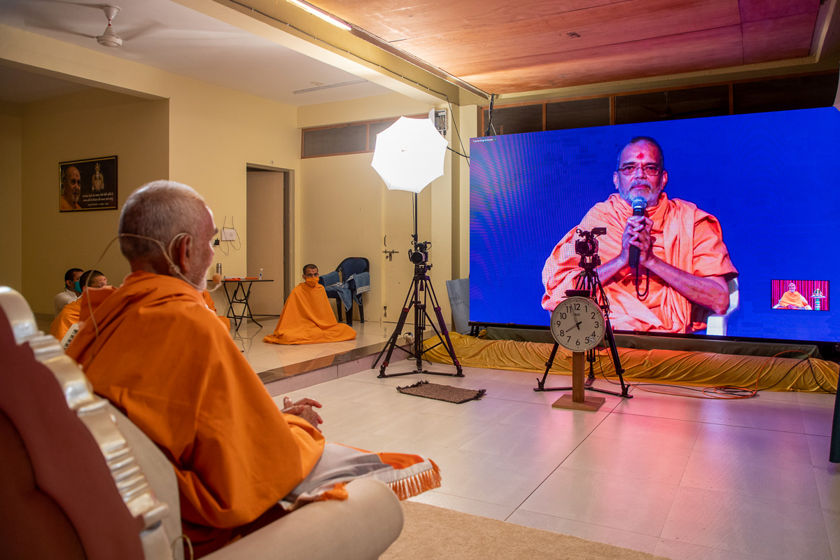 Swamishri in conversation with sadhus via video conference in the evening