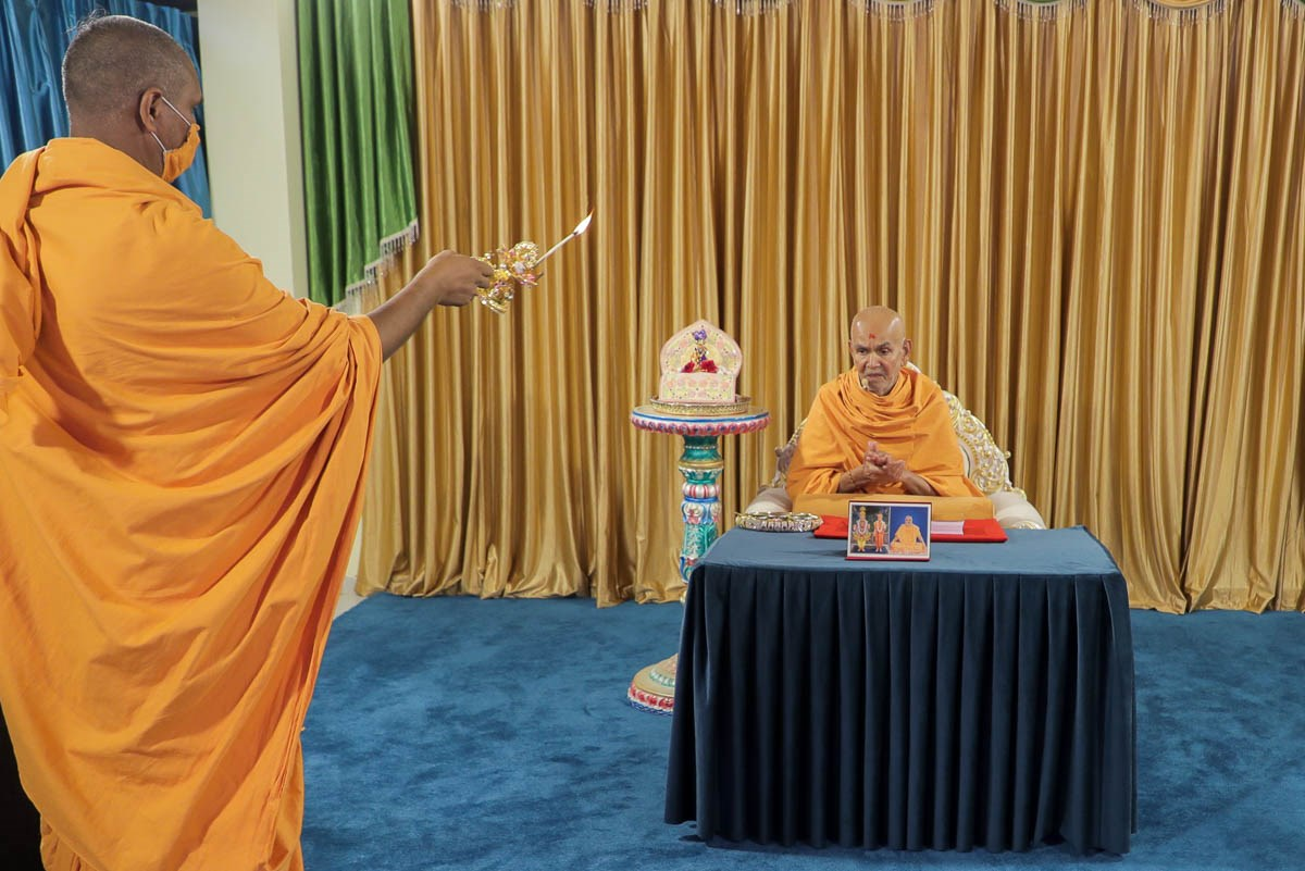 Bhaktiyogi Swami performs the arti