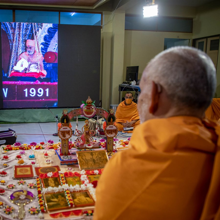 Video of Pramukh Swami Maharj's Suvarna Tula in London (20 July 1985) and Platinum Tula in New Jersey (20 July 1991) displayed during Swamishri's puja