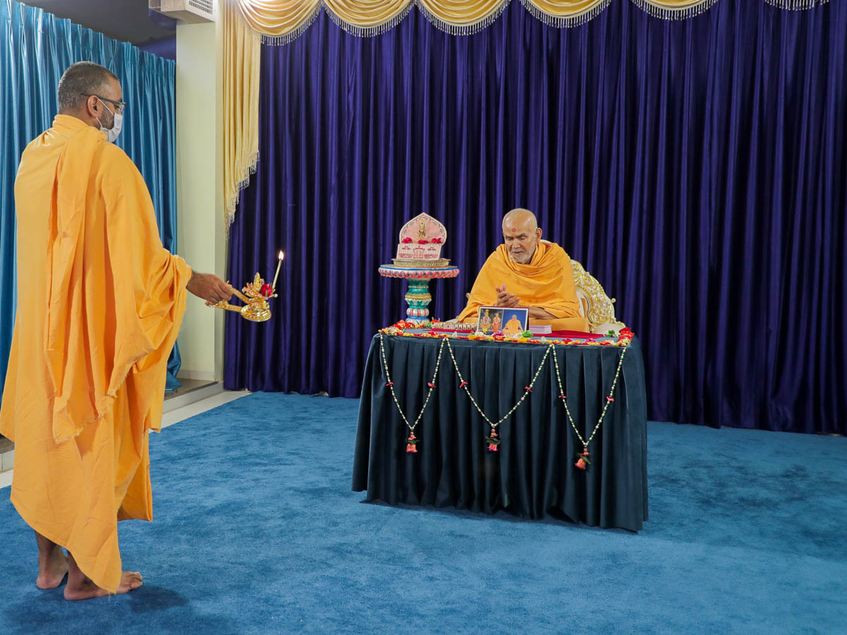 Gurumanan Swami performs the arti