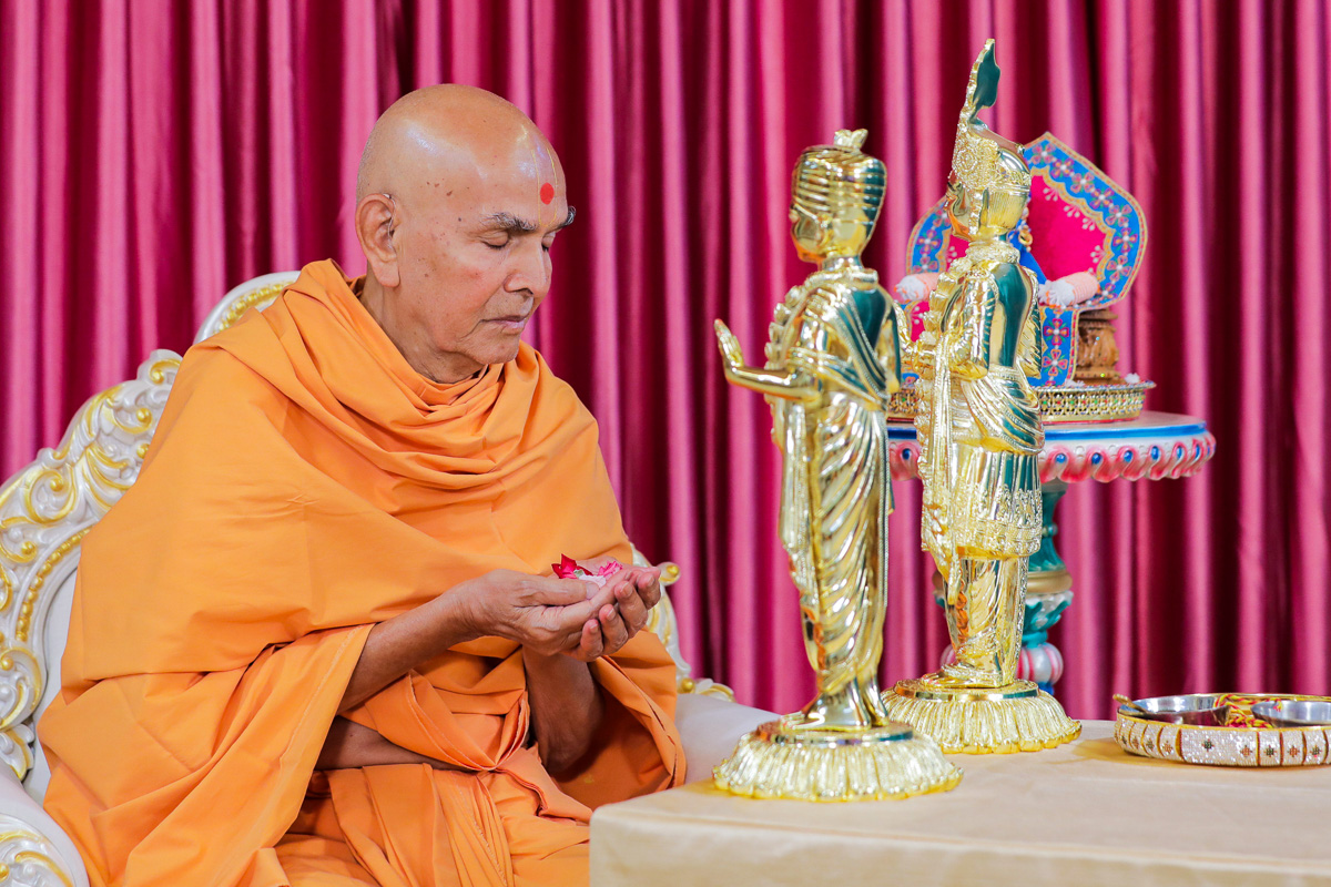 Swamishri offers mantra-pushpanjali, Nenpur
