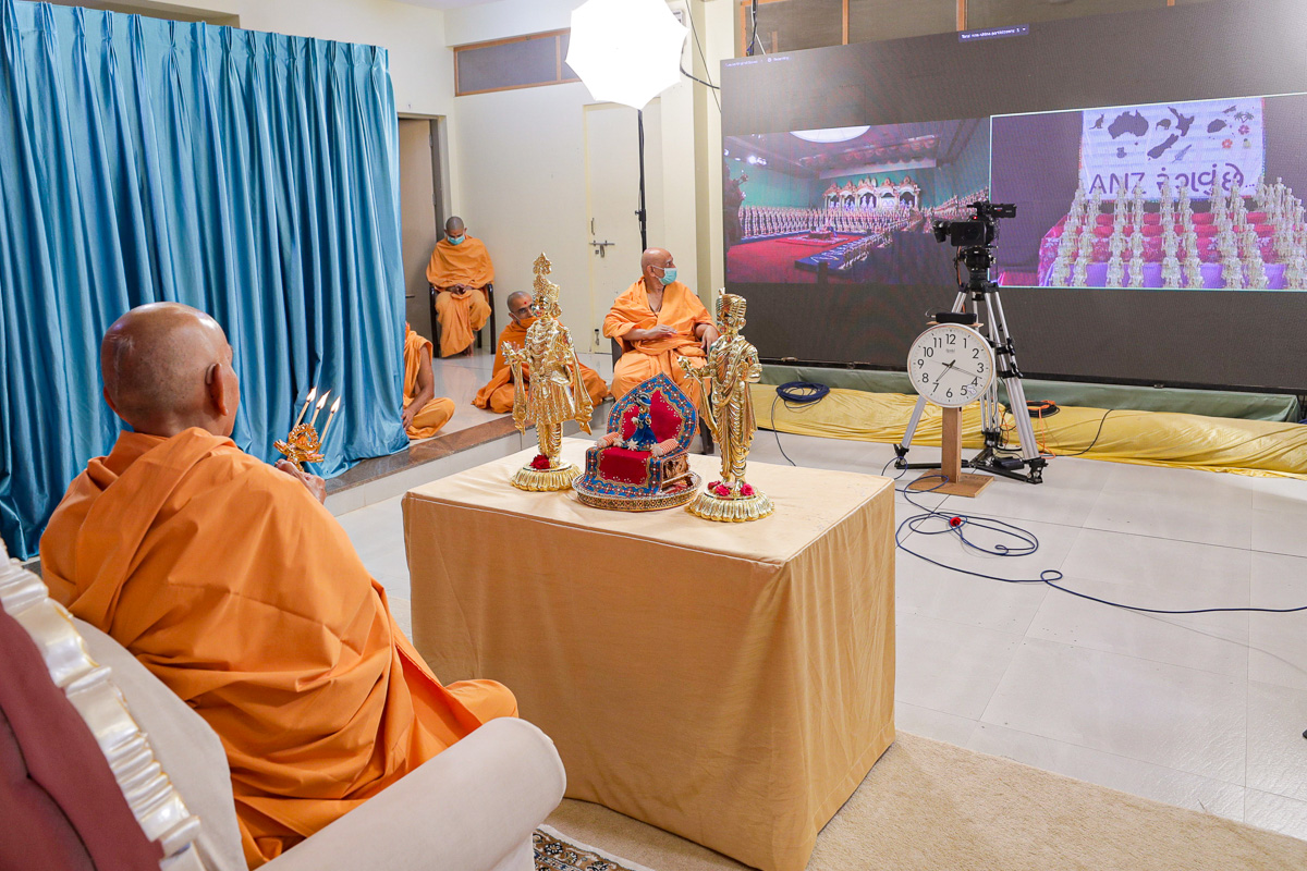 Swamishri performs arti of the murtis of Shri Akshar-Purushottam Maharaj in Melbourne, Nenpur