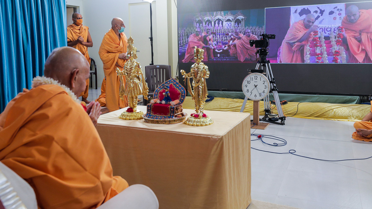 Sadhus from Australia and New Zealand honor Swamishri with a garland